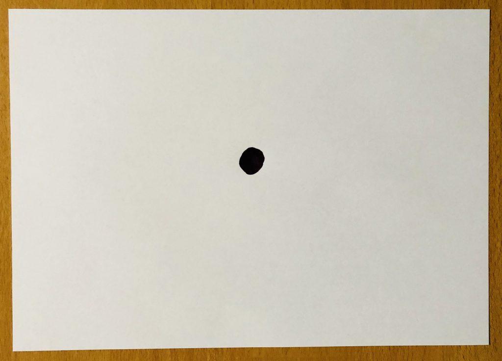 Zettel mit schwarzem Punkt